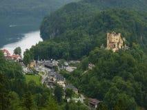Sikt av den Hohenschwangau slotten och Alpsee Royaltyfri Bild