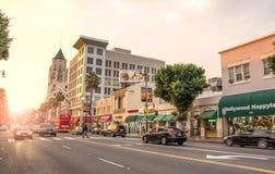 Sikt av den Hollywood boulevarden på solnedgången royaltyfri foto