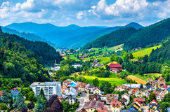 Sikt av den Hornberg byn i Schwarzwald berg - Tyskland Arkivbild
