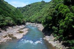Sikt av den Hozugawa floden från Sagano den sceniska järnvägen Arkivbild
