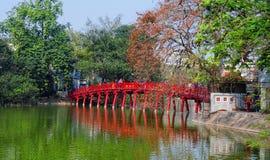 Sikt av den Huc bron med Hoan Kiem sjön i Hanoi, Vietnam Arkivfoto
