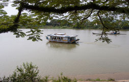 Sikt av den Huong floden i ton, Vietnam Royaltyfria Bilder
