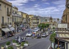 Sikt av den huvudsakliga genomskärningen i Taormina, Sicilien fotografering för bildbyråer