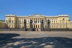 Sikt av den huvudsakliga ingången till det ryska museet i sommaren Royaltyfri Bild