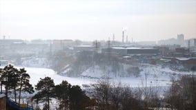 Sikt av den industriella zonen för stad, vinterafton, stark vind för grå himmel Sikt på den gråa industriella staden Arkivbild