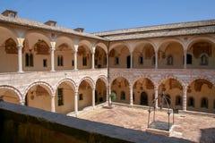 Sikt av den inre borggården av den Franciscan kloster i Assisi, Italien royaltyfri fotografi