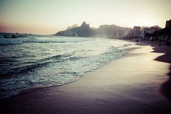 Sikt av den Ipanema stranden i aftonen, Brasilien Royaltyfri Foto