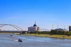 Sikt av den Ishim floden och Aken Orda på en sommardag royaltyfri bild