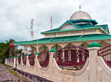 Sikt av den islamiska moskén på en fjärrtropisk ö Royaltyfri Fotografi