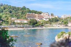 Sikt av den Isola Bella stranden i Taormina, Sicilien, Italien arkivfoton