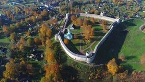 Sikt av den Izborsk fästningen, flyg- video för Oktober dag Gamla Izborsk, Ryssland lager videofilmer