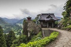 Sikt av den japanska buddistiska templet i Yamadera med härligt land Fotografering för Bildbyråer