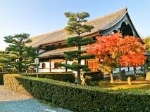 Sikt av den japanska templet i höst i Kyoto, Japan Arkivfoto