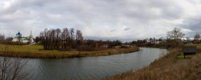Sikt av den Kamenka floden som flödar till och med staden av Suzdal på en regnig höstdag Sent i nedgången Suzdal Ryssland royaltyfria foton