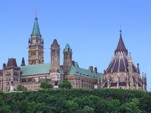 Sikt av den kanadensiska parlamentet som bygger från över den Rideau kanalen royaltyfri bild