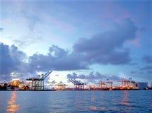 Sikt av den Kaohsiung hamnen efter solnedgång Arkivbilder