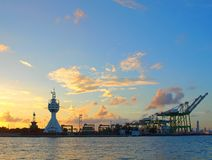 Sikt av den Kaohsiung hamningången efter solnedgång Arkivfoto