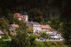 Sikt av den Karlstejn byn för republiktown för cesky tjeckisk krumlov medeltida gammal sikt Royaltyfri Fotografi