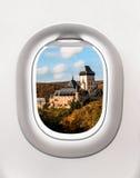 Sikt av den Karlstejn slotten från flygplanfönster Royaltyfri Fotografi