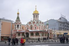 Sikt av den Kazan domkyrkan i vinter royaltyfri foto