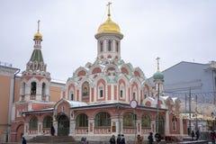 Sikt av den Kazan domkyrkan i vinter royaltyfria bilder