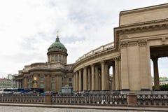 Sikt av den Kazan domkyrkan, invallningen av den Griboyedov kanalen petersburg saint Arkivbild