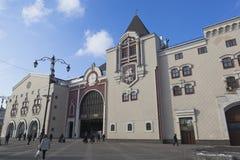 Sikt av den Kazan järnvägsstationen från den Novoryazanskaya gatan i Mos royaltyfri bild