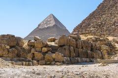Sikt av den Khafra pyramiden från foten av den Khufu pyramiden Fotografering för Bildbyråer