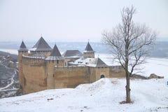 Sikt av den Khotyn fästningen på en kall vinterdag Arkivbilder