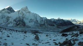 Sikt av den Khumbu dalen med berg Everest och Nuptse stock video