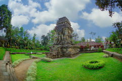 Sikt av den Kidal templet bredvid trädgård Royaltyfri Bild