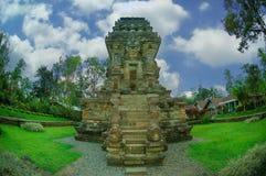 Sikt av den Kidal templet bredvid trädgård Royaltyfria Bilder