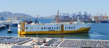 Sikt av den kommersiella porten i Keratsini, Piraeus - Grekland royaltyfria bilder