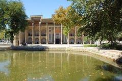 Sikt av den komplexa Bolo Hauz över dammet i Bukhara arkivfoton