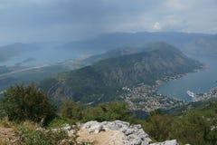 Sikt av den Kotor fjärden i sommaren Arkivbilder