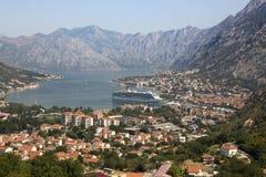 Sikt av den Kotor fjärden och staden av Kotor Arkivfoto