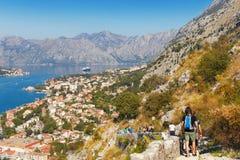 Sikt av den Kotor staden och vägen till den Kotor fästningen Montenegro Arkivfoto