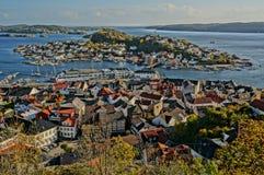 Sikt av den Kragero staden och fjorden, Norge Arkivbilder