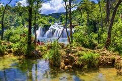 Sikt av den Krka nationalparken, Kroatien, Europa Storartad sommarsikt av Krka vattenfall Fantastisk plats av den Krka nationalpa royaltyfria bilder