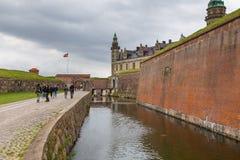 Sikt av den Kronborg slotten, defensiva väggar och fossen, Danmark arkivfoto