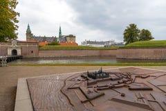 Sikt av den Kronborg slotten, defensiva väggar och modellen denmark helsingor royaltyfri foto