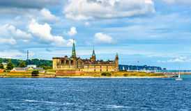 Sikt av den Kronborg slotten från den Oresund kanalen - Danmark Arkivbilder