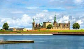 Sikt av den Kronborg slotten från Helsingor port - Danmark Arkivbilder