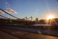 Sikt av den Krymsky bron till och med den Moskva floden på solnedgången Fotografering för Bildbyråer