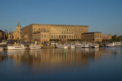Sikt av den kungliga Stockholm slotten, Sverige med den stora kyrkan Arkivfoto