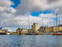 Sikt av den kust- staden av den Cherbourg-Octeville hamnen, Frankrike Royaltyfri Foto