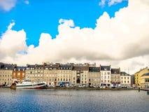 Sikt av den kust- staden av den Cherbourg-Octeville hamnen, Frankrike Royaltyfri Bild