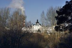 Sikt av den kvinnliga kloster till och med träd Royaltyfri Foto