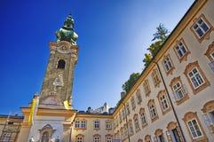 Sikt av den kyrkliga och gamla gatan för Franciscan, Salzburg, Österrike Arkivbilder