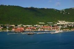 Sikt av den långa fjärden, Charlotte Amalie, St Thomas med anslöt yachter i en ljus solig dag Royaltyfri Bild